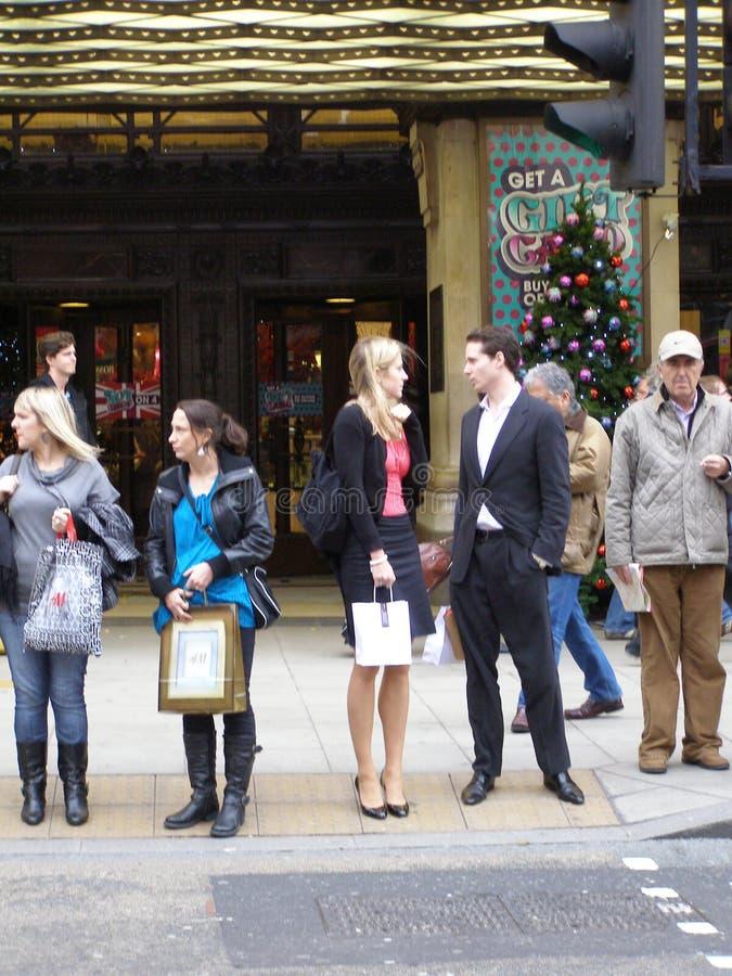Gente En La Calle De Oxford, Londres Foto editorial