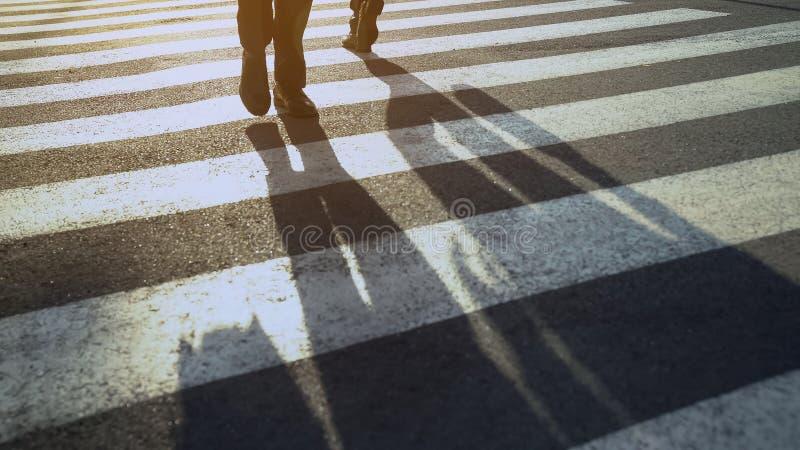 Gente en la calle del paso de cebra que se apresura a casa a partir de día rutinario del centro de la oficina fotografía de archivo libre de regalías