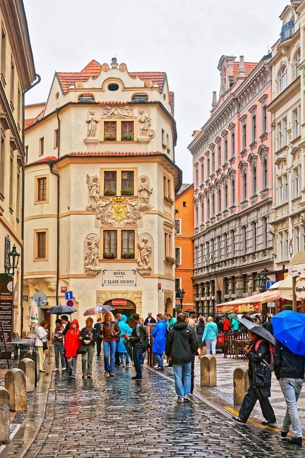 Gente en la calle del studne de U Zlate en la ciudad vieja Praga imagenes de archivo