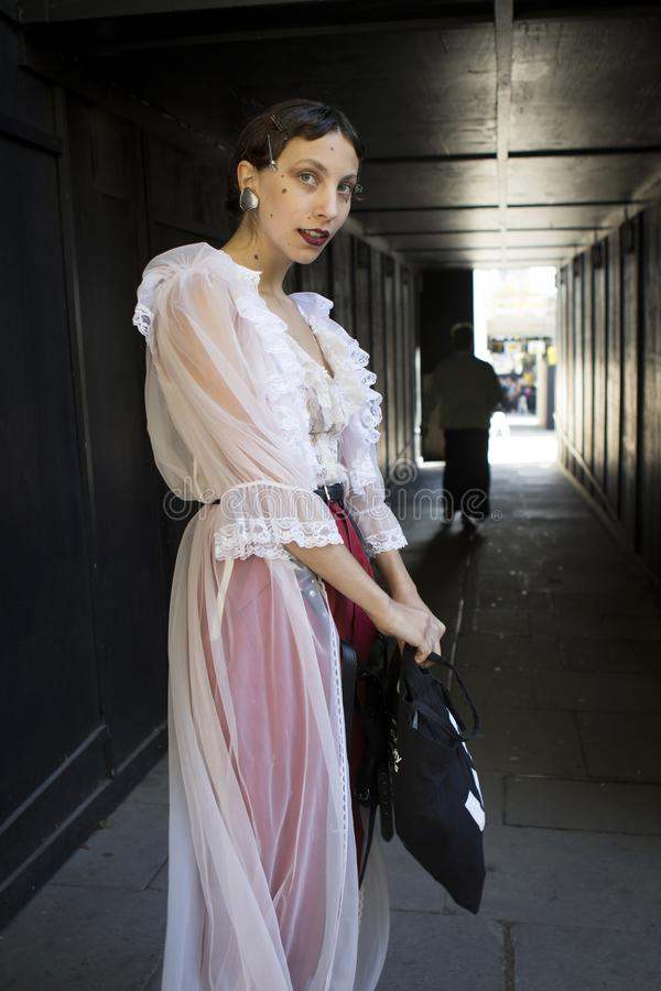 Gente en la calle durante la moda WeekPeople de Londres en la calle durante la semana de la moda de Londres imagen de archivo