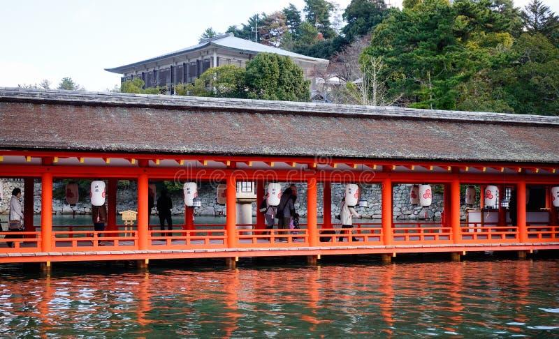 Gente en la capilla de Itsukushima en Hiroshima, Japón foto de archivo