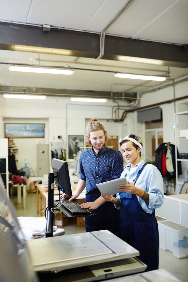 Gente en la casa de impresión imágenes de archivo libres de regalías