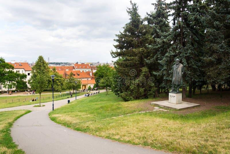 Gente en la colina de Petrin con la estatua de Jan Neruda en Praga, República Checa imagen de archivo