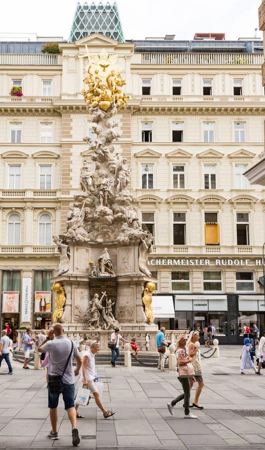 Gente en la columna barroca de la plaga en Viena foto de archivo libre de regalías