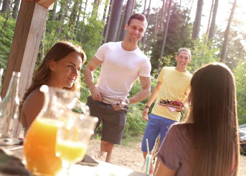 Gente en la comida campestre imagen de archivo libre de regalías