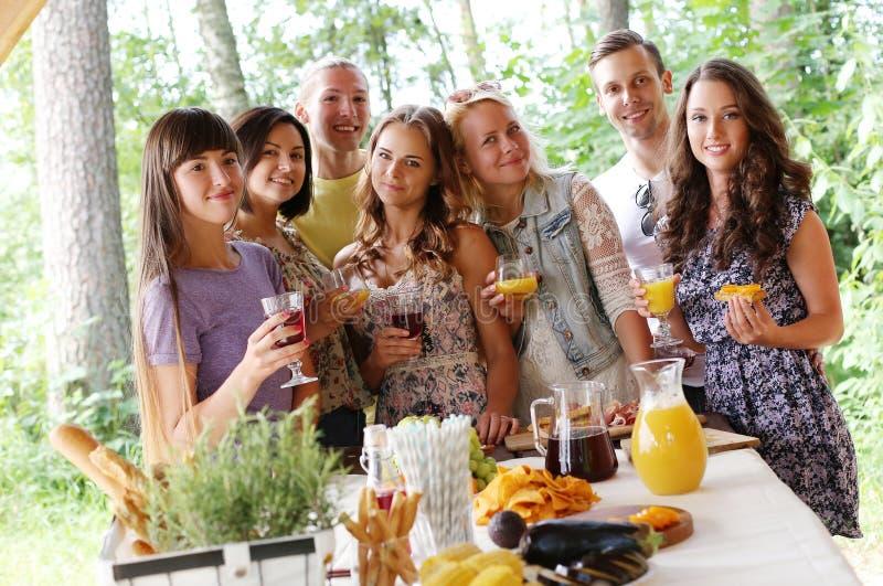 Gente en la comida campestre foto de archivo