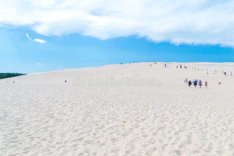 Gente en la duna de Lacka en el parque nacional de Slowinski imagen de archivo libre de regalías