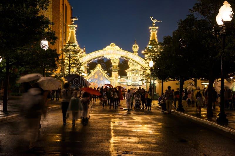 gente en la entrada de Toy Story Mania en el mar de Disney imágenes de archivo libres de regalías