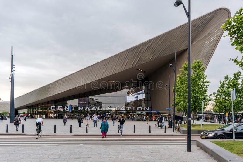 Gente en la entrada principal al station= de Rotterdam Centraal foto de archivo