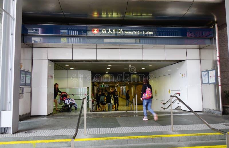 Gente en la estación de metro en Hong Kong fotografía de archivo