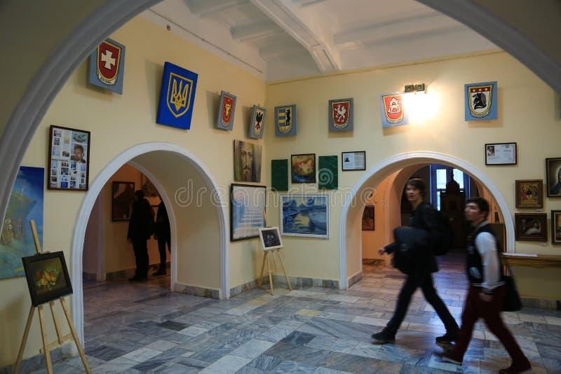 Gente en la galería de imágenes dentro de Ratusha, ciudad de Ivano-Frankivsk, fotos de archivo