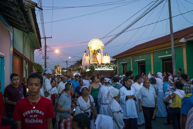 Gente en la noche en una procesión en las calles de la ciudad de León en Nicaragua durante las celebraciones de Pascua foto de archivo libre de regalías