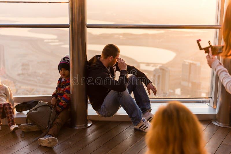 Gente en la plataforma de observación del al Khalifa de Burj imágenes de archivo libres de regalías