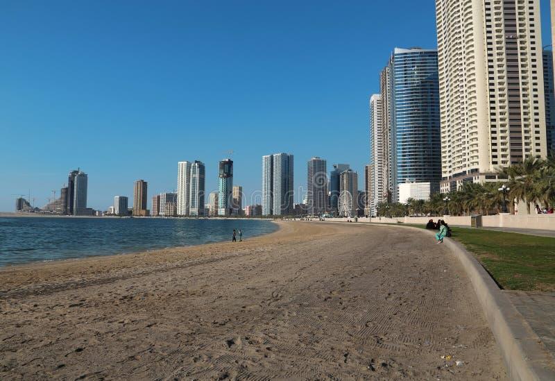 Gente en la playa en la ciudad de Sharja, United Arab Emirates fotos de archivo libres de regalías