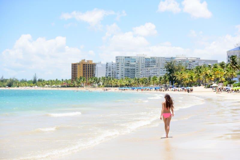 Gente en la playa del centro turístico de Isla Verde en Puerto Rico imagen de archivo