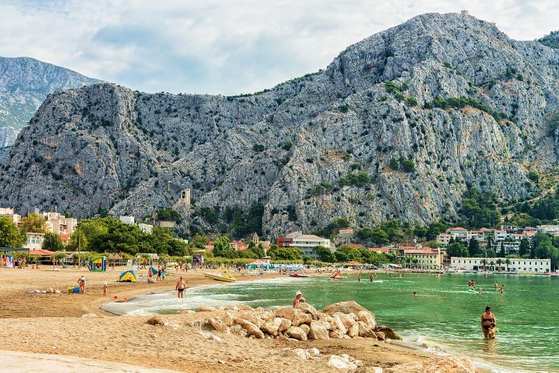 Gente en la playa en el mar adriático en Omis Croacia fotos de archivo libres de regalías