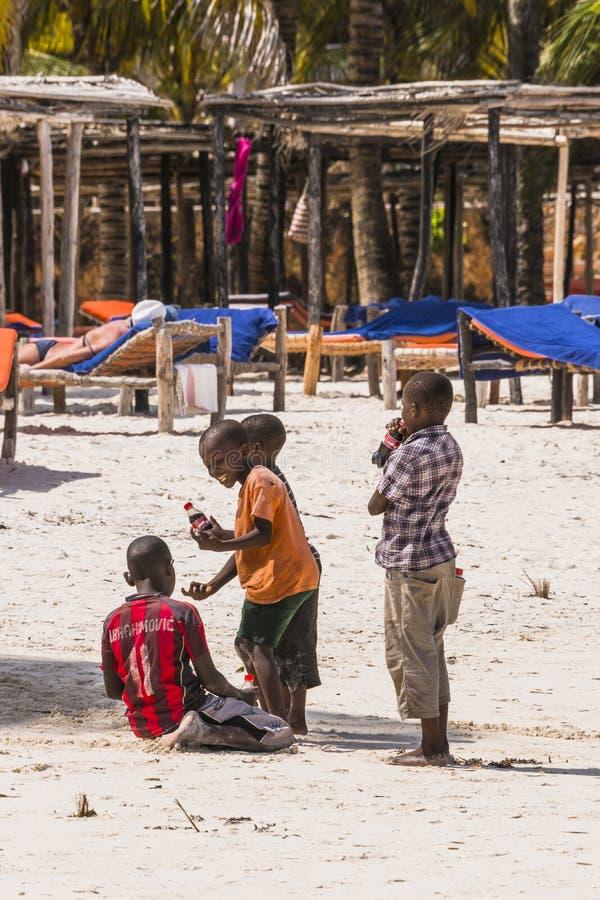 Gente en la playa en Zanzíbar imágenes de archivo libres de regalías