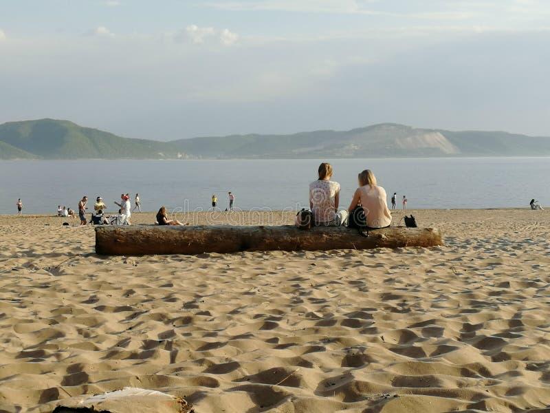 Gente en la playa, freands, comunicación, pares imagen de archivo
