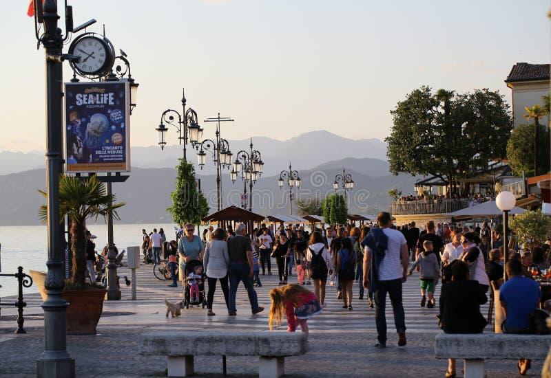 Gente en la 'promenade' de Lazise en el lago Garda, imagen de archivo