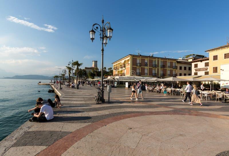 Gente en la 'promenade' de Lazise en el lago Garda, fotos de archivo