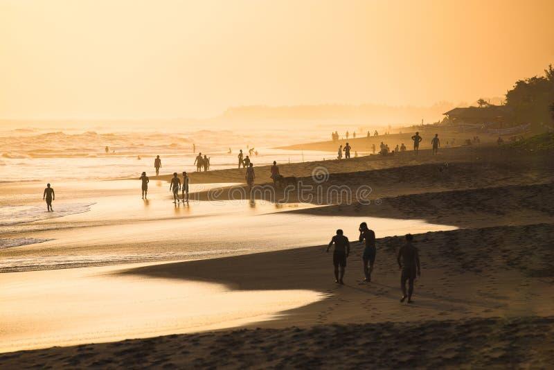 Gente en la puesta del sol imagen de archivo libre de regalías