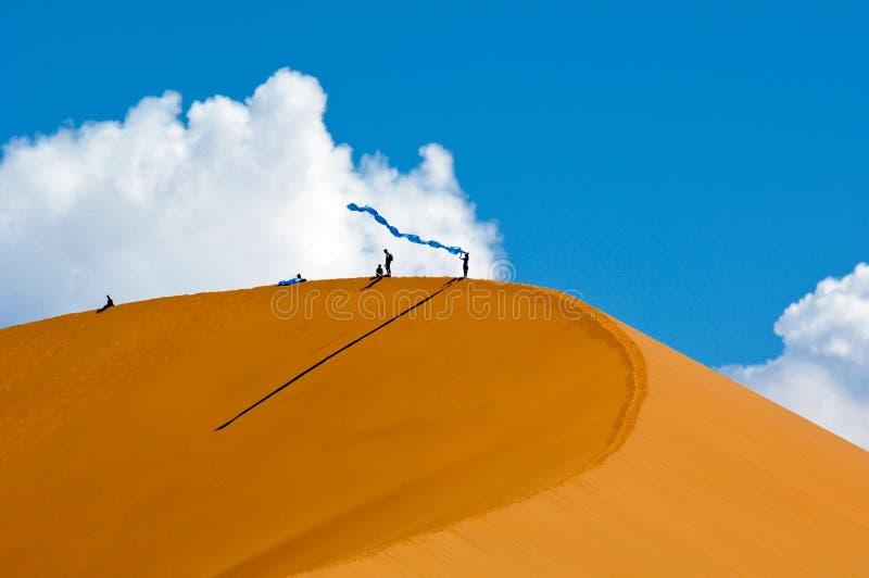 Gente en las dunas anaranjadas de Sossusvlei en el parque nacional Namibia de Namib-Naukluft foto de archivo