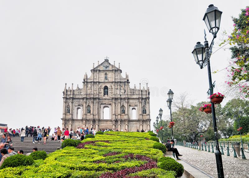 Gente en las ruinas de St Paul Church en Macao foto de archivo