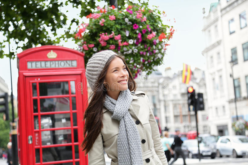 Gente en Londres - mujer por la cabina de teléfono roja imagenes de archivo