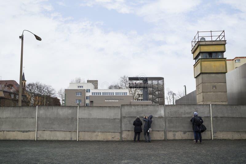 Gente en los restos de Berlin Wall fotos de archivo