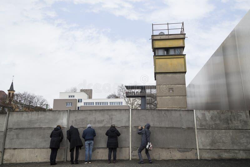 Gente en los restos de Berlin Wall foto de archivo