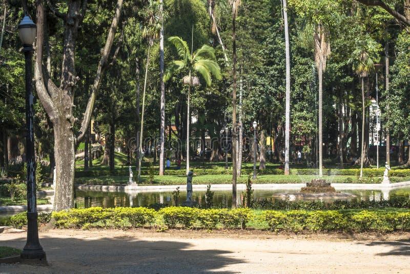 Gente en Luz Public Park en los centros de la ciudad Sao Paulo Éste es el primer parque público de la ciudad foto de archivo