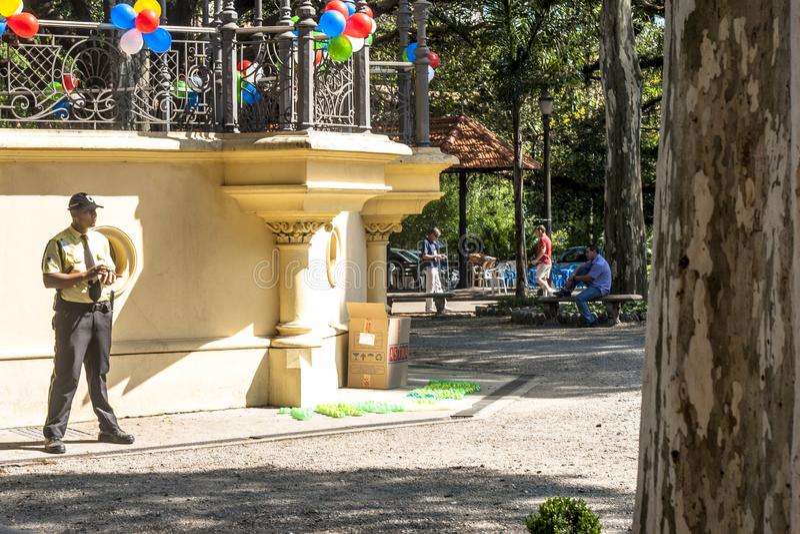 Gente en Luz Public Park en los centros de la ciudad Sao Paulo Éste es el primer parque público de la ciudad imágenes de archivo libres de regalías