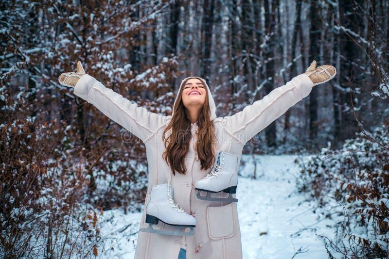 Gente en nieve Muchacha del invierno de la belleza en parque escarchado del invierno Cierre al aire libre encima del retrato de l fotos de archivo libres de regalías