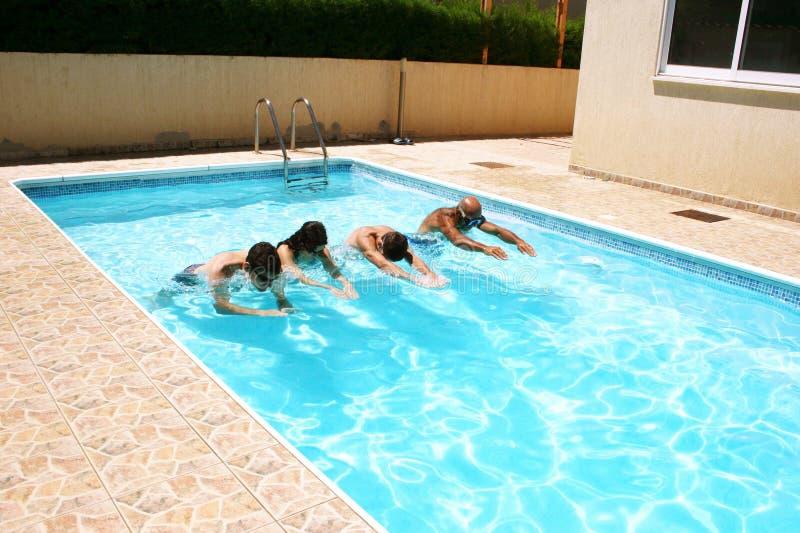 Gente en piscina imagen de archivo libre de regalías