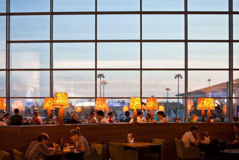 Gente en restaurante en el aeropuerto imágenes de archivo libres de regalías