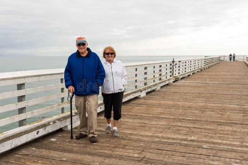 Gente en San Simeon Pier, California, los E.E.U.U. fotos de archivo libres de regalías