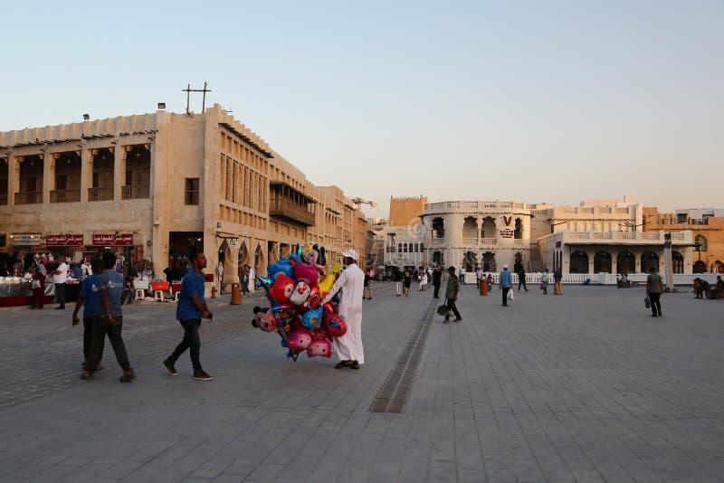 Gente en Souq Waqif, bazar del este en Doha, Qatar imagenes de archivo