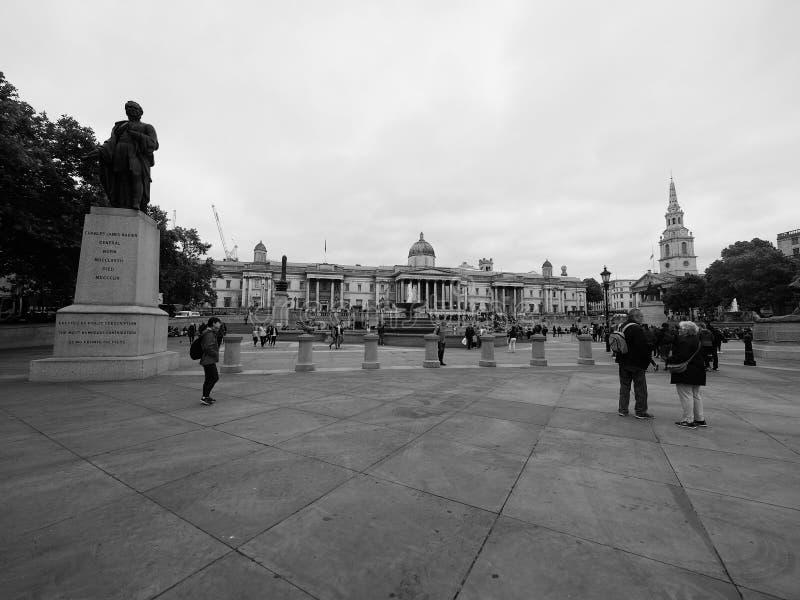 Gente en Trafalgar Square en Londres blanco y negro foto de archivo