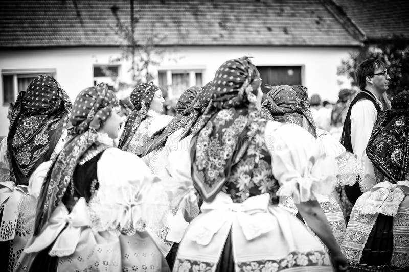 Gente en traje popular en el banquete popular más grande imagen de archivo