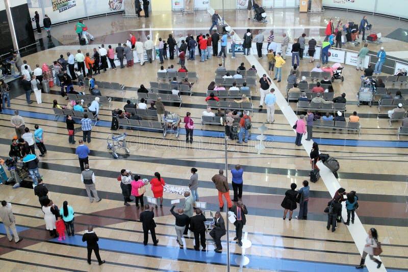 Gente en un aeropuerto imagen de archivo