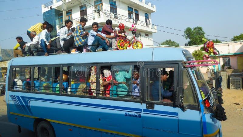 Gente en un autobús en las calles de Delhi fotografía de archivo