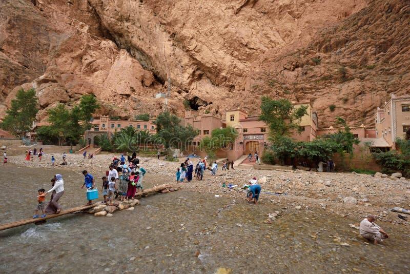 Gente en un barranco en Marruecos imágenes de archivo libres de regalías