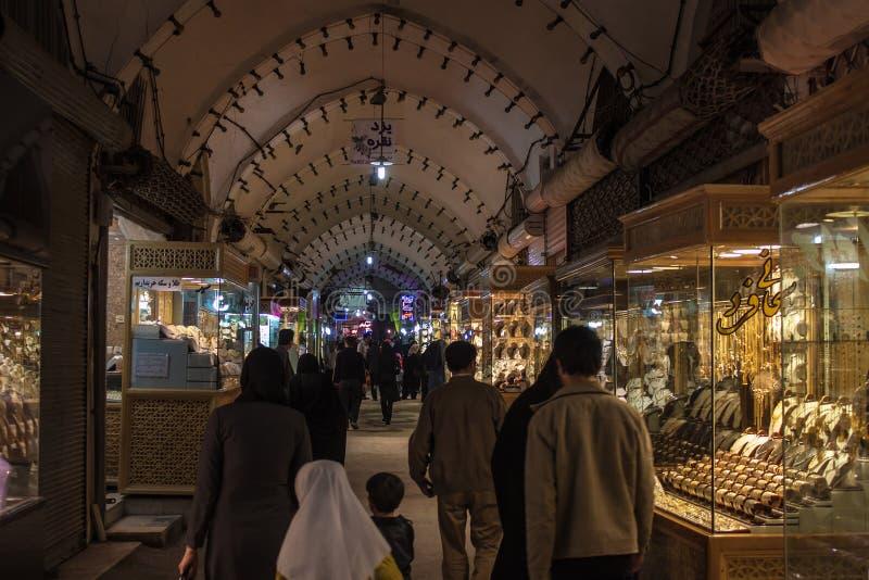 Gente en un bazar en Yazd fotografía de archivo