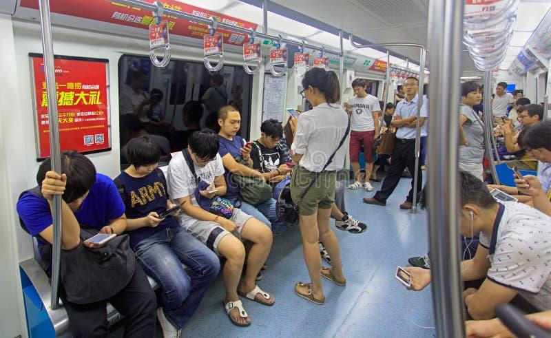 Gente en un metro en Pekín, China imagenes de archivo