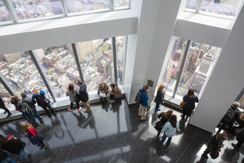 Gente en un observatorio del mundo en New York City imagen de archivo