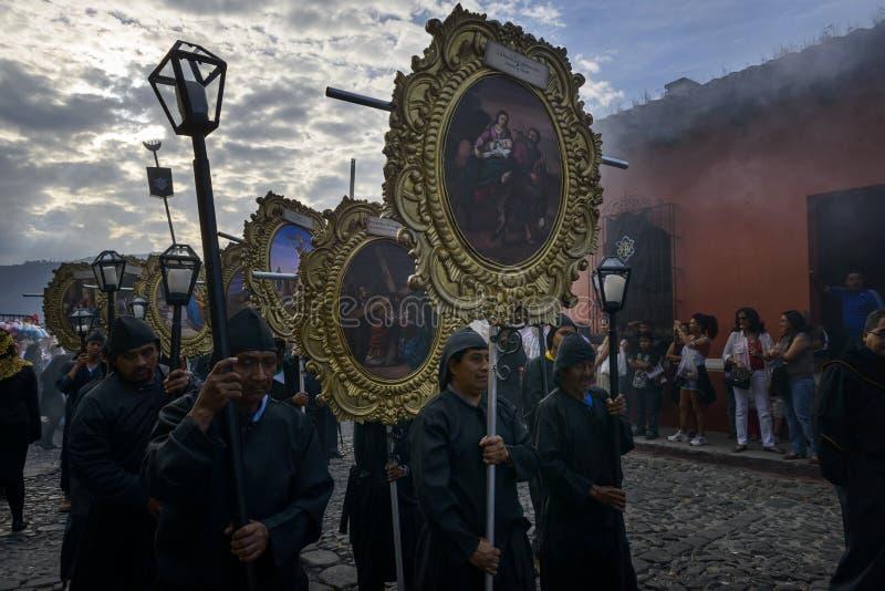 Gente en una calle de la ciudad vieja de Antigua durante una procesión de la semana santa, en Antigua foto de archivo libre de regalías