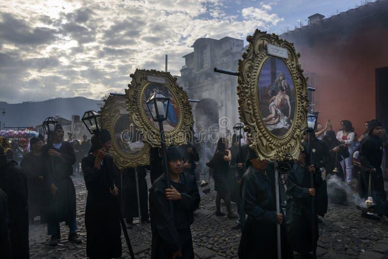 Gente en una calle de la ciudad vieja de Antigua durante una procesión de la semana santa, en Antigua fotografía de archivo libre de regalías