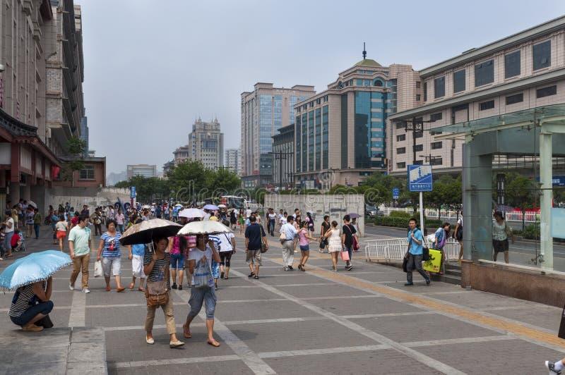 Gente en una calle de la ciudad de Xian en China fotografía de archivo
