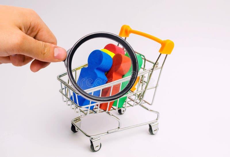 Gente en una carretilla para un supermercado Concepto de tráfico humano, esclavitud moderna La gente de compra es una violación d foto de archivo libre de regalías
