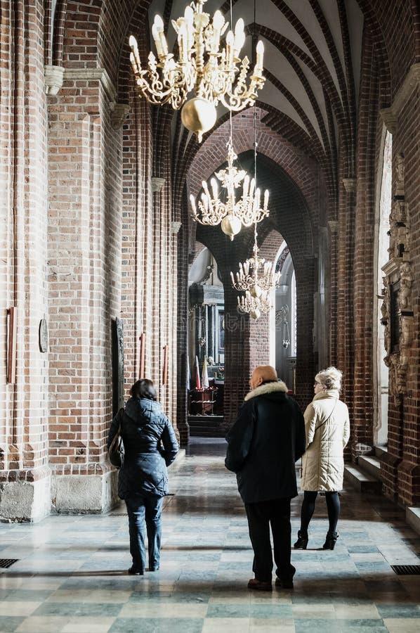 Gente en una catedral imagen de archivo libre de regalías